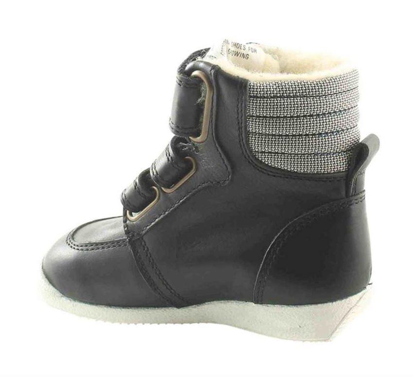 4f918caca78 Her har vi sæsonen sejeste og super sporty vinterstøvle til piger og  drenge. Støvlen er i sort skind med stribe på siden. Den har en sej hvid  gummisål og ...