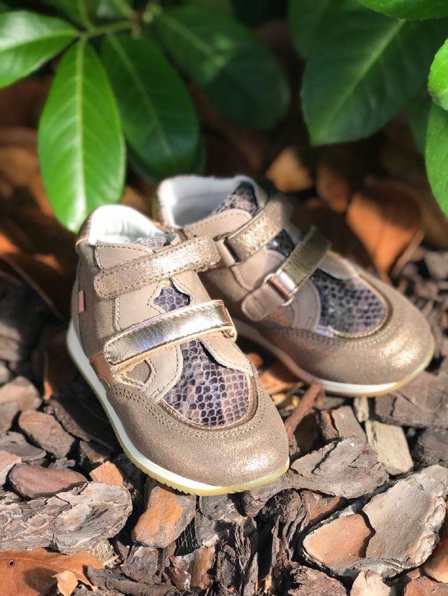 bf83a0972a7d Super skønne Babybotte velcro sneakers med sportssål og god højde. Skoen er  i ruskind - i sandfarvet og gyldne nuancer med mange fine detaljer!